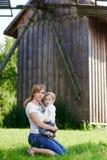 Madre e figlio felici amorosi vicino al mulino a vento fotografia stock libera da diritti