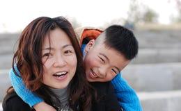 Madre e figlio molto felici fotografia stock