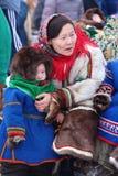 Madre e figlio nell'abbigliamento della pelliccia di Nenets Fotografia Stock