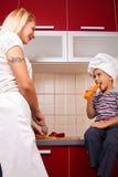 Madre e figlio nella cucina Fotografia Stock Libera da Diritti