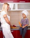 Madre e figlio nella cucina Fotografie Stock