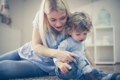 madre e figlio playful Infanzia fotografia stock libera da diritti