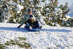 Madre e figlio Sledding giù la collina Fotografie Stock Libere da Diritti