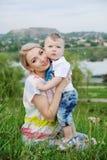 Madre e figlio su un fondo di bello paesaggio Fotografia Stock Libera da Diritti