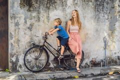 madre e figlio su una bicicletta I bambini di nome pubblici di arte della via su una bicicletta hanno dipinto 3D sulla parete que fotografie stock