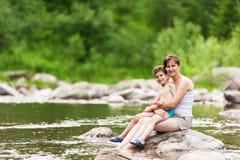 Madre e figlio sul fiume immagini stock libere da diritti