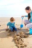 Madre e figlio sulla spiaggia Immagini Stock