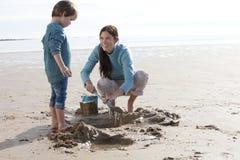Madre e figlio sulla spiaggia Fotografia Stock Libera da Diritti