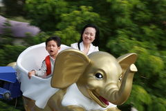 Madre e figlio sulle montagne russe immagini stock libere da diritti