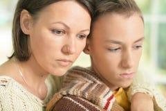 Madre e figlio tristi immagine stock