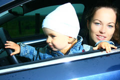 Madre e figlio in un'automobile Immagini Stock