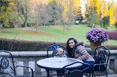 Madre e figlio in un parco immagini stock libere da diritti