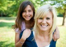 Madre e giovane figlia all'esterno Immagine Stock