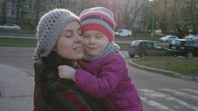 Madre e hija 3-4 años que se abrazan Tiro horizontal Concepto de familia Concepto feliz de la niñez lento metrajes