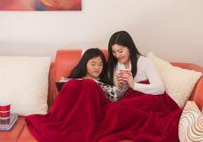 Madre e hija adolescente que miran las fotos de familia Imagen de archivo