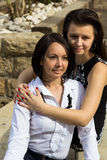 Madre e hija adolescente que se sientan y que sonríen junto Foto de archivo libre de regalías