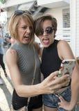 Madre e hija adolescente que toman un selfie Imagen de archivo