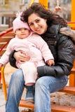 Madre e hija al aire libre en un patio Foto de archivo libre de regalías
