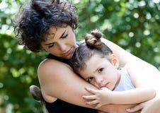 Madre e hija al aire libre que abrazan Imagen de archivo libre de regalías