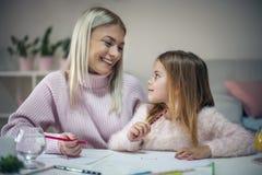 Madre e hija Alegre eduque en casa foto de archivo