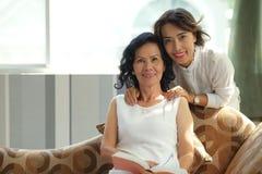 Madre e hija asiáticas imagen de archivo