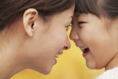 Madre e hija cara a cara Fotos de archivo