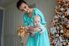 Madre e hija cerca de un árbol de navidad Fotografía de archivo libre de regalías