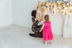 Madre e hija cerca de una decoración de la Navidad Imagen de archivo