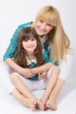 Madre e hija con el pelo largo con las explosiones huging y que sonríen fotos de archivo libres de regalías