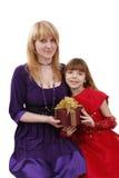 Madre e hija con el regalo. imagen de archivo
