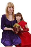 Madre e hija con el regalo. fotos de archivo libres de regalías