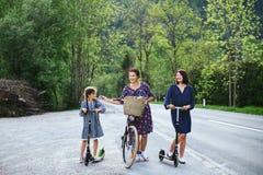 Madre e hija con la bici Foto de archivo