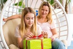 Madre e hija con la caja de regalo verde Imágenes de archivo libres de regalías