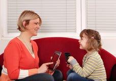 Madre e hija con la tablilla Fotos de archivo libres de regalías