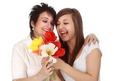 Madre e hija con las flores Fotografía de archivo