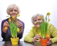 Madre e hija con las flores de Pascua Imagenes de archivo
