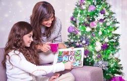 Madre e hija con las galletas de la Navidad Imágenes de archivo libres de regalías
