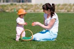 Madre e hija con los huevos de Pascua Fotos de archivo libres de regalías