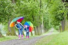 Madre e hija con los paraguas Fotos de archivo libres de regalías