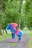 Madre e hija con los paraguas Imagen de archivo libre de regalías
