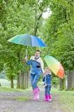 Madre e hija con los paraguas Foto de archivo libre de regalías