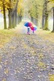 Madre e hija con los paraguas Fotografía de archivo