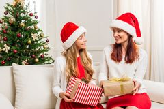 Madre e hija con los regalos de la Navidad Fotos de archivo libres de regalías