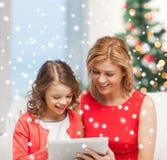 Madre e hija con PC de la tableta Imagen de archivo libre de regalías