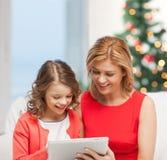 Madre e hija con PC de la tableta Fotografía de archivo libre de regalías