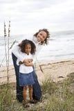 Madre e hija del African-American en la playa Foto de archivo libre de regalías