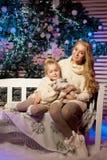 Madre e hija del invierno Mujer y niño sonrientes Muchacha linda w Imagen de archivo
