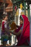 Madre e hija delante de las ruedas de rezos, templo de Soyambunath, Nepal Fotos de archivo
