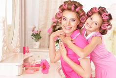 Madre e hija en bigudíes de pelo Fotografía de archivo