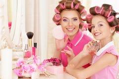 Madre e hija en bigudíes de pelo Imágenes de archivo libres de regalías